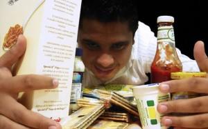 Comer solos nos puede empujar a elegir mal los alimentos. (Foto: NeoGaboX / Flickr)