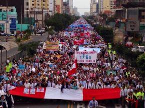 Miles de Evangélicos Marchan Contra Proyecto de Ley Que Busca Aprobar Unión Gay en Perú radio solo para ti
