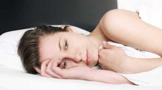 Evita manipular dispositivos electrónicos antes de dormir. (Foto: Getty Images)