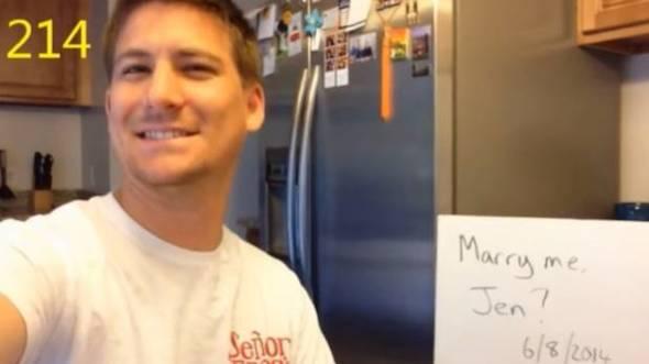 El hombre solo necesitó una cámara, un pequeño tablero y gran determinación para llevar a cabo su propuesta. (Captura: YouTube)