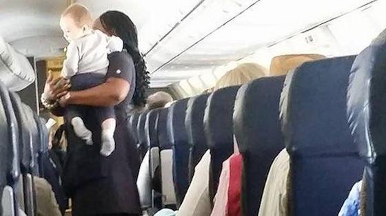 Heather Gooch felicitó a la aerolínea por el trabajo de la azafata. Le agradeció hacer del primer vuelo de su hijo una experiencia grata. (Foto: Facebook)